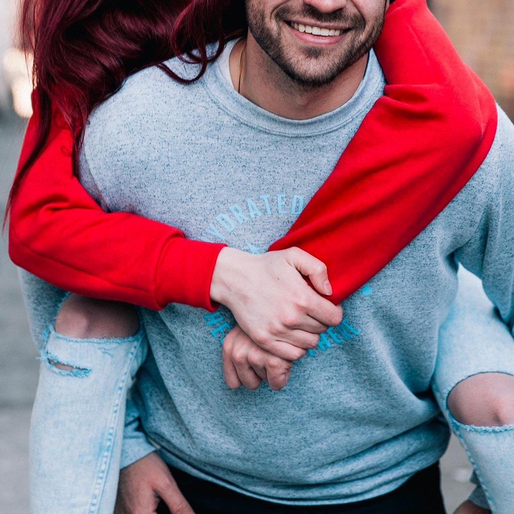 Un couple d'intermittents du spectacle : l'homme portant la femme sur son dos.