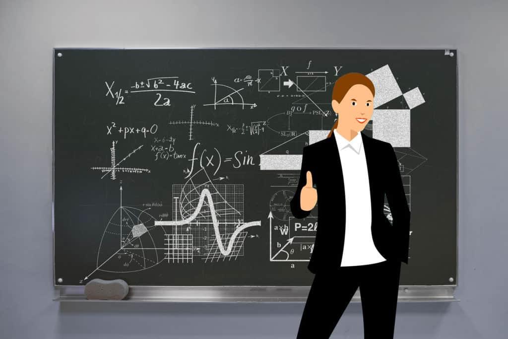 Une intermittente du spectacle devant un tableau rempli de calculs